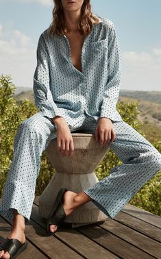 Stay at home in style with chic loungewear inspiration Cozy Pajamas, Silk Pajamas, Pijamas Women, Pajama Outfits, Loungewear Outfits, Outfit Invierno, Striped Pyjamas, Pajama Bottoms, Lingerie