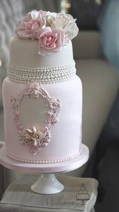 This is one of the most beautiful cakes I've ever seen. === Wedding Cakes with Rare Details by Melcakes - MODwedding