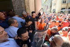 #Genova, scontri fuori Palazzo Tursi