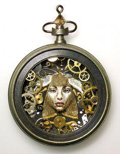 Un lavoro certosino con l'aiuto di lenti d'ingrandimento per trasformare la normale idea di orologio in arte: Sue Beatrice si definisce un'artista freelance statunitense che riutilizza gli ingranaggi degli orologi pendenti per creare al loro interno scenette e piccole opere d'arte. Così l'oro