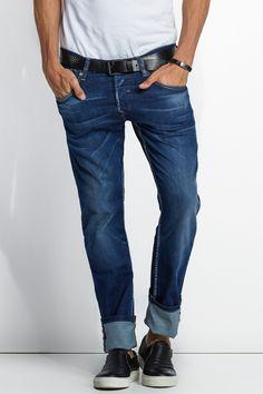 Estes jeans têm carcela com botões e não com fecho zip. O manequim mede 1,88cm e veste o tamanho 32.Um verdadeiro fit slim. Os jeans Daze possuem uma cinta muito baixa, com um fit muito elegante e moderno, justo no seu todo. Com este modelo descobrirá uma aparência slim vanguardista, com conforto garantido.