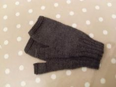The weather has been very cold so I have made lots of these. Here is the pattern for you to try. Men's Fingerless gloves Materials 1 ½...