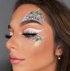 glitter makeup – Hair and beauty tips, tricks and tutorials Makeup Carnaval, Carnival Makeup, Angel Halloween Makeup, Halloween Makeup Looks, Angel Make Up Halloween, Eye Makeup Art, Beauty Makeup, Fairy Makeup, Exotic Makeup