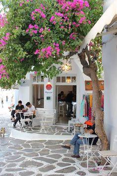 Imagine-se sentado neste café a ver as pessoas a passar enquanto bebe um frappé #louiscruises #cruzeiros