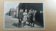 Een vooroorlogse foto van Nederlandse vliegers samen in gesprek voor een hangaar. De foto is genomen op de bakermat van de Nederlandse luchtvaart : Soesterberg