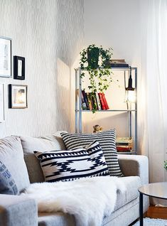 Being Simple and Stylish with These White Wall Living Room Design https://www.goodnewsarchitecture.com/2018/03/27/being-simple-and-stylish-with-these-white-wall-living-room-design/