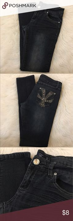 🆓Dark wash jeans In great condition. Juniors size. Size 7. Big chunky button for easy closure. Length 38in. Waist 14.5in inseam 29in. Jeans Skinny