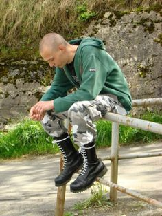 Over 18 only. Simple, Don't look. Mode Skinhead, Skinhead Men, Skinhead Boots, Skinhead Fashion, Skinhead Style, Punk Fashion, Skin Head, Engineer Boots, Camo Outfits
