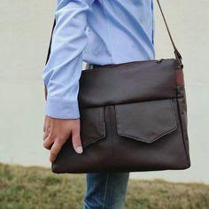 tatoume_couture Mon premier sac homme. Un simili cuir thermocollé pour une meilleure rigidité, un enfer à coudre, mais j'ai réussiiii 😬 #sacotin #zipzip #bag #mensbag