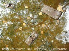 Konsum-Insignien   farbenfriedlich im Spiegel der Natur