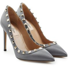 Valentino Rockstud Leather Pumps (17.645 UYU) ❤ liked on Polyvore featuring shoes, pumps, heels, sapatos, schuhe, grey, gray leather pumps, pointy shoes, pointy-toe pumps and heel pump