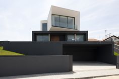 Feast your eyes on a modern masterpiece in São Roque,… Black House Exterior, House Paint Exterior, Exterior House Colors, Modern Exterior, Dulux Exterior Paint Colours, Exterior Color Schemes, Modern Villa Design, Facade House, House Front