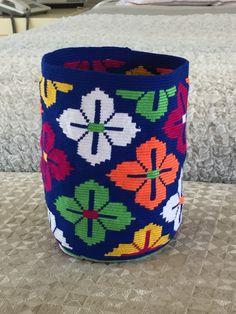 Mochila!!!!!wayuu!!!! Tapestry Bag, Tapestry Crochet, Wiggly Crochet, Folk Embroidery, Crochet Purses, Knitting Accessories, Crochet Projects, Design Inspiration, Pattern