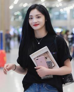 Ioi Pinky, Girl Drawing Pictures, Kim Chungha, Chinese Actress, Monica Bellucci, Pledis Entertainment, The Wiz, Ulzzang Girl, Sweet Girls