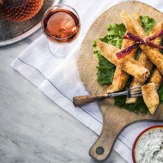 Φλογέρες με παστουρμά και κεφαλοτύρια / Smoked ham cigars. Απίστευτη συνταγή για φλογέρες με κεφαλοτύρια, ημίλιαστη τομάτα, πηχτόγαλο Χανίων και παστουρμά! #greekfood #greekrecipes #greekfoodrecipes #smokedhamcigars #smokedham #sundriedtomatoes #sundried #tomatoes #cheese #greekcheese #cheeselove #milk #sintagespareas #cookingtips #cookinglove #sidedish #greece #chania #crete Fresh Rolls, Side Dishes, Ethnic Recipes, Food, Essen, Meals, Yemek, Side Dish, Eten