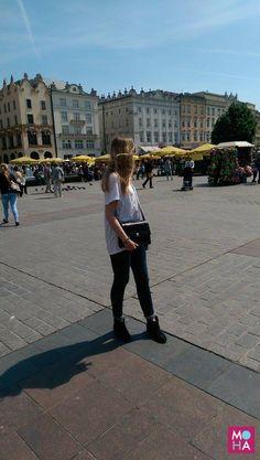 A tak się prezentuje torebka Media na tle krakowskiego Rynku. Bardzo lubimy ten model!  ___________________________ http://mohadesign.pl/creator/index/srednia