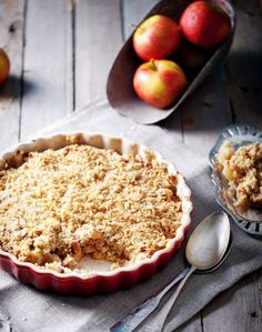 This cranberry apple crisp recipe is a great fall dessert that is both guilt-free and simple! Get a taste fall in this delicious dessert. Gluten Free Apple Crisp, Apple Crisp Recipes, Food Cakes, Easy Apple Crumble, Apple Pie, Berry Crumble, Apple Cobbler, Crumble Topping, Apple Slices