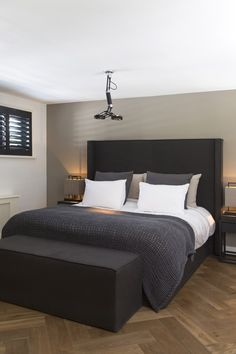 Colors For the Small Bedroom – Black and White Eternity For the Small Bedroom dazzling Master Bedroom Decorating Ideas. Small Master Bedroom, Bedroom Black, Master Bedroom Design, Interior Design Living Room, Bedroom Neutral, Master Bedrooms, White Bedrooms, Interior Livingroom, Bedroom Apartment