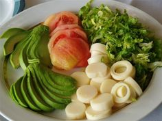 Typical Chilean accompaniments: avocado (plata), tomatoes, hearts of palm (palmitos), and chopped green herbs South American Dishes, Latin American Food, Healthy Meals For Kids, Kids Meals, Healthy Recipes, Chilean Food, Clean Eating, Healthy Eating, Diabetic Recipes