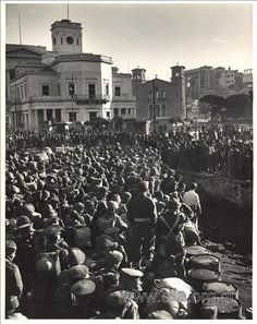 Piraeus, October British troops arrive in Piraeus. Dmitri Kassel, photojournalist disemabarks with them. Old Photos, Vintage Photos, Greek Independence, Greek History, Macedonia, Historical Photos, Athens, Wwii, Dolores Park