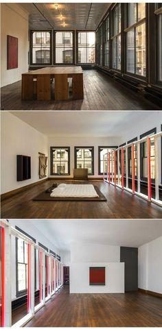 Donald Judd loft, Soho, New York Un letto poggiato a terra su un parquet di legno, un'installazione luminosa alle finestre e la vista della città tutt'attorno Nella vita come nell'arte, Donald Judd cercava lo spazio, la luce e la semplicità.  Il 101 di Spring  Street è un'industria di fine '800 tutto ghisa e vetro, un palazzo di 5 piani per quasi 800 mq di ampiezza, ritmato da  60 grandi finestre. Judd lo comprò per 65000 $, lo trasformò in casa e vi andò ad abitarvi nel 1968.