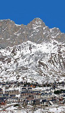 Formigal es una localidad española perteneciente al municipio de Sallent de Gállego, en el Alto Gállego, provincia de Huesca, Aragón.
