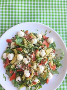 Pittige Pesto Pastasalade met Mozzarella Pasta Recipes, Salad Recipes, Pizza Wraps, Lunch Restaurants, I Want Food, Tomato Pie, Vegetarian Recipes, Healthy Recipes, Evening Meals