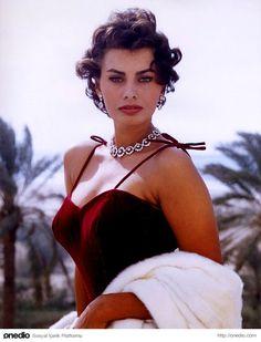 Oscar, Grammy ve Golden Globe ödüllerini kazanan tek kadın oyuncu Sophia Loren.
