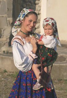 romanian woman baby children folk traditional old clothing eastern european women rumänien rumänen Folk Costume, Costumes, Mode Russe, Romanian Women, Romanian Flag, Romanian People, People Of The World, Mothers Love, Mother And Child