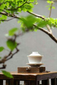La tazza Zhong, più comunemente conosciuta come Gaiwan, è il simbolo del rituale del tè cinese. Secondo il principio dello Yin e della Yang, il coperchio simboleggia il cielo, la tazza l'uomo, il piatto la terra. #teaculture #pteaculture