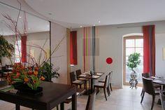Willkommen im Feng Shui Restaurant Contrast,    wir verwöhnen Sie täglich mit marktfrischen Produkten und bereiten Ihnen regionale und saisonale Gerichte mit exotischem Flair. Feng Shui, Oversized Mirror, Modern, Restaurant, Furniture, Home Decor, Exotic, Trendy Tree, Decoration Home