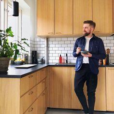 "249 Synes godt om, 10 kommentarer – IKEA Danmark (@ikeadanmark) på Instagram: ""Flot mand i et flot køkken Hjemme hos @alekmodin står vores EKESTAD køkkenfronter skarpt! #regram…"" Ikea Kitchen, Kitchen Interior, Kitchen Decor, Kitchen Cabinets, Ikea Ekestad, My Dream Home, Sweet Home, Shabby Chic, Interior Design"