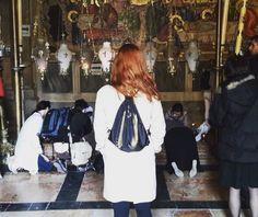 Frente a la piedra sagrada que sellaba la tumba de Jesús. Visita ineludible al Santo Sepulcro.