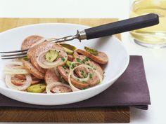 Deftiger Wurstsalat mit Essiggurken und Zwiebeln Disney Food, Disney Recipes, Eat Smarter, Nutrition, Meat, Chicken, Sausages, Epcot, Food Ideas