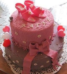Ružová torta ozdobená marcipánovými topánkami