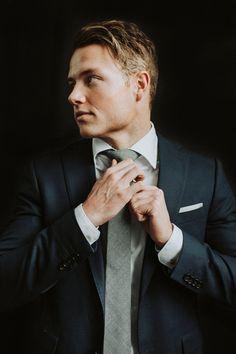 groom wedding picture pose blue suit chelsea fabrizio photo