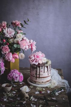 Bolo de amêndoa, cardamomo e flor de laranjeira com morangos e creme de mascarpone // Almond, orange blossom & cardamom naked cake with strawberries and vanilla mascarpone cream