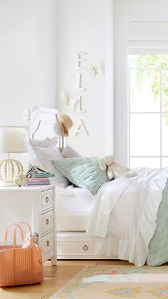 Girls Bedroom - Things we are loving right now: non-toxic furniture, sustainably sourced bedding & statement rug! Small Girls Bedrooms, Small Room Bedroom, Room Ideas Bedroom, Diy Bedroom Decor, Home Decor, Bedroom Kids, Beds For Girls, Bedroom Ideas For Tweens, Bright Bedroom Ideas