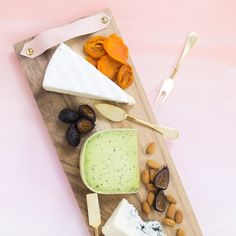 Make this cheese board with leather handles in less than 10 minutes! Keep it for yourself or it makes the perfect hostess gift!