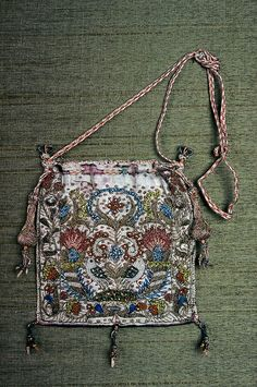 Drawstring Bag ~ England ~ late to early ~ Silk satin emroidered with silk, gold metallic threads, metal purl, and seed pearls Braided silk and metallic cords and tassels ~ Museum of Fine Arts, Boston Vintage Purses, Vintage Bags, Vintage Outfits, Pink Silk, White Satin, Silk Satin, Medieval Embroidery, Sweet Bags, Antique Clothing