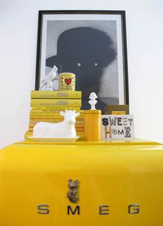 I'd murder for a yellow smeg.and the nice decoration is super. Happy Kitchen, Kitchen Time, Kitchen Stuff, Smeg Fridge, Refrigerator, Design Palette, Mellow Yellow, Color Yellow, Farmhouse Chic