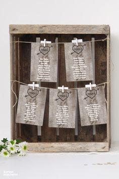 """Setzt einen romantisch-rustikalen Akzent und ordnet die Karten so an, wie ihr möchtet – mit dem DIY Sitzplan aus der Serie """"Wooden Love"""". Dafür eignen sich zum Beispiel alte Weinkisten die ihr toll in Szene setzen könnt."""
