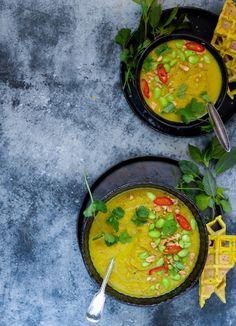 Blomkålssuppe med karry og peanuts er den cremede grøntsagssuppe, der kan få alle børn og andre grøntsagsfornægtere til at slubre suppe.