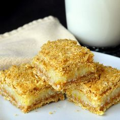 Lemon Graham Crumble Bars - a delicious combination of lemon & coconut with the flavour bonus of graham cracker crumbs incorporated into the crumble layers. Brownies, Cookie Recipes, Dessert Recipes, Rock Recipes, Graham Cracker Crumbs, Graham Crackers, Cookies Et Biscuits, Bar Cookies, Baking Biscuits