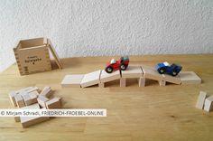 Brücke aus Holzbausteinen natur und Autos, die darüber fahren- tolle Spielidee