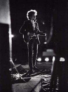 Bob Dylan toca para sí, sino contra sí mismo, por eso no saluda ni sonríe en sus actuaciones
