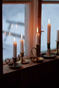 candles on the windowsill Chandeliers, Bois Diy, Slow Living, Twinkle Lights, Candle Lanterns, Window Sill, Christmas Inspiration, Home Design, Cheap Home Decor