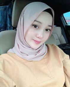 Pin Image by Celeb Joss Beautiful Muslim Women, Beautiful Hijab, Beautiful Asian Girls, Niqab Fashion, Modern Hijab Fashion, Arab Girls Hijab, Muslim Girls, Casual Hijab Outfit, Hijab Chic