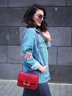 embroidered denim jacket oversize 90s trend jeans stickerei blumen floral bodycon dress red bag sassy classy sneakers adidas superstar spring berlin streetstyle inspiration berlin