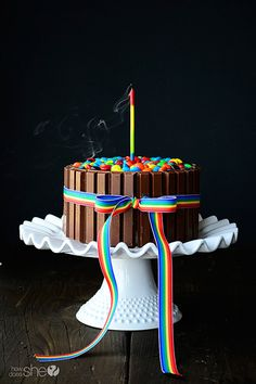 Struggling what to bake? This Kit Kat cake will be the star of the party and will help you feel less overwhelmed about what to share at your next gathering. M&ms Cake, Eat Cake, Cupcake Cakes, Cupcakes, Sweets Cake, Birthday Cake Alternatives, Naked Cakes, Yellow Cake Mixes, Round Cake Pans